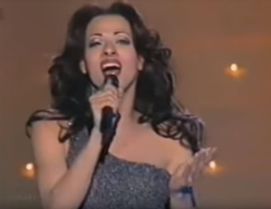 """ב-1998 הייתה הזמרת טרנסג'נדרית הראשונה שהשתתפה באירוויזיון שבו גם זכתה עם השיר האלמותי """"דיווה"""", שזכה להצלחה בינלאומית."""