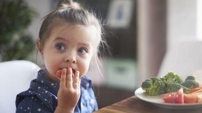 טיפים קלים לביצוע: כך תגרמו לילדים שלכם לאכול ירקות