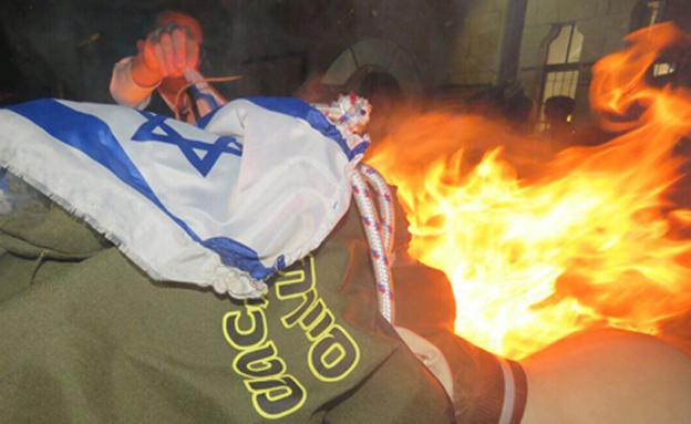 שריפת בובת חייל צה''ל במהלך ל''ג בעומר (חיים גולדברג)