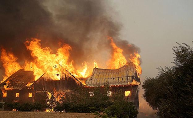 בית עולה באש, צפון קליפורניה (SKY NEWS)