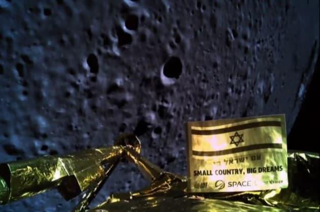 Le vaisseau commence à atterrir sur la lune
