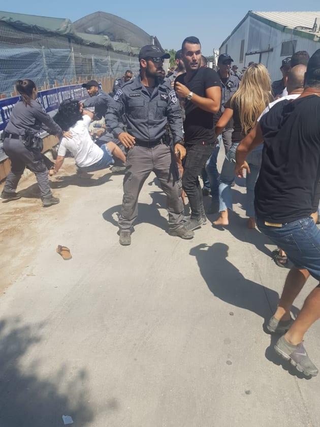 Affrontements entre policiers et résidents à Moshav Sde Uzia, dans le sud du pays