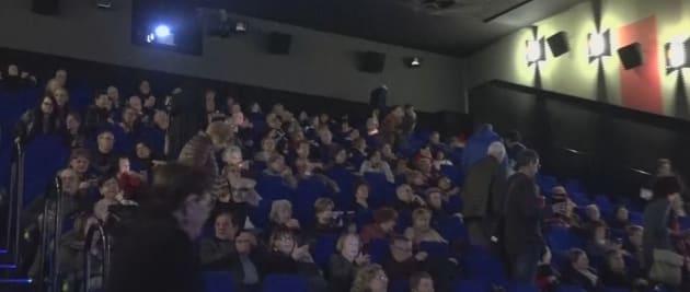 אנשים בקולנוע צופים באופרה