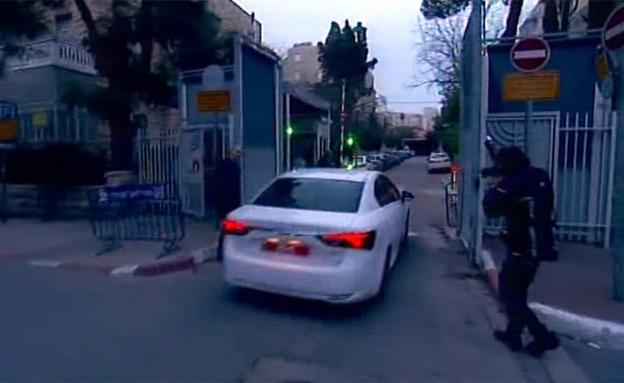 חוקרי משטררה בכניסה למעון רה